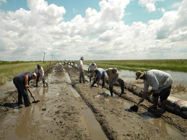 En razón de grandes precipitaciones soportadas en la zona de Tres Mojones Chaco esta comunidad quedó aislada totalmente