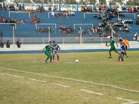 Deportivo Comercio, jugando un poco mejor que Laguna Blanca, no pudo romper el 0 a 0.