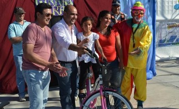 En el cierre de los agasajos a los niños de Santa Sylvina, el Partido Justicialista reflejó múltiples sonrisas en los chicos.-
